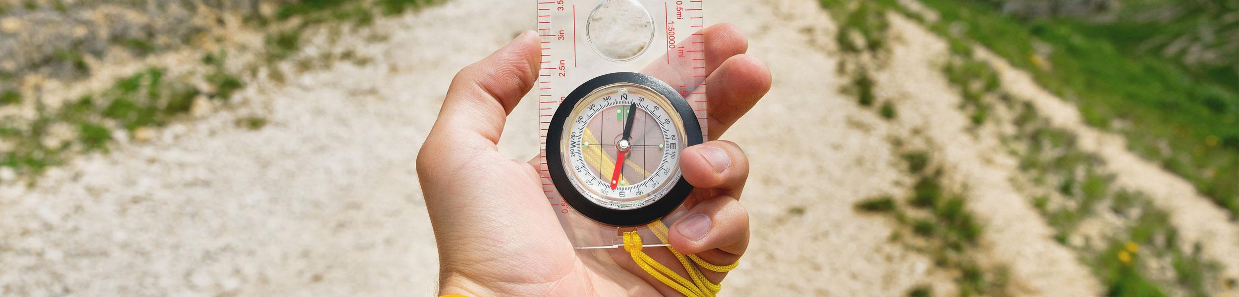 Hand die einen Kompass hält